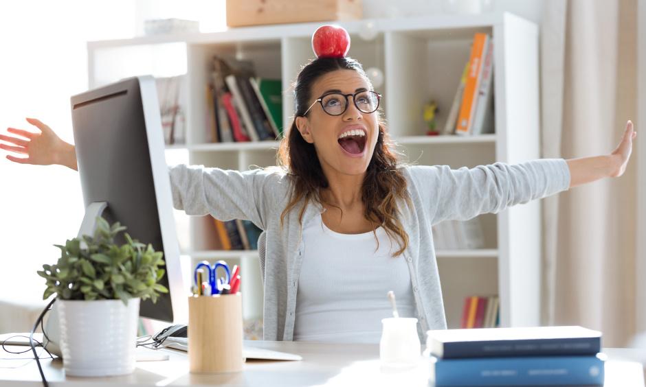 glückliche & lachende Mitarbeiterin durch professionelle Arbeitsmedizin